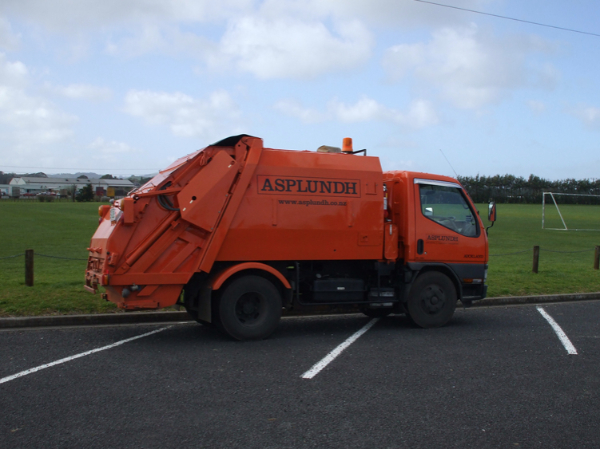 council emptying bins-785